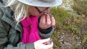 Mia Setälä nuuhkaisee sientä.