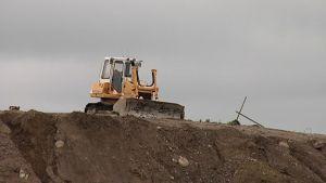 Kaivuri maankaatopaikalla.