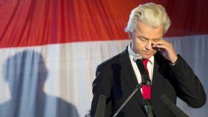 Geert Wilders puhuu puolueensa vaalivalvojaisissa Haagissa.