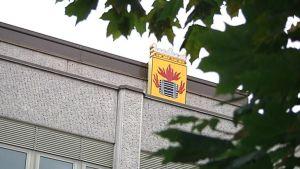 Kokkolan vaakuna kaupungintalon seinässä