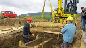 Kaivaustyöntekijät avaavat roomalaista kivisarkofagia.