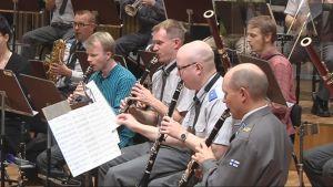 Karjalan Sotilassoittokunta harjoittelee juhlakonserttia varten