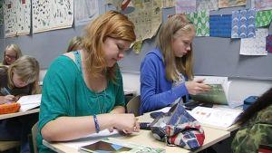 Oppilaita Munkkiniemen yhteiskoulun luokassa.