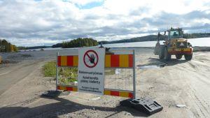 Maansiirtokone työskentelee viimeistelyä vaille olevalla Kumpusaaren veneiden talvisäilytyspaikalla Kuopiossa.