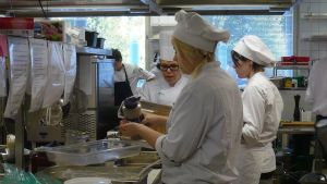 Koulutuskeskus Tavastian opetuskeittiö valmistelee kiireellä lähiruokaviikon lounasta