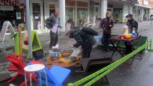 Taidekoulun opiskelijat perustivat parkkiruutuun pienen virkistysalueen.