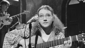 Liisa Tavi laulaa Euroviisujen karsinnoissa 3.1.1980.