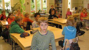 Oppilaita ypäjänkylän koulussa