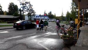 Ihmisiä ja autoja tiellä Toivakan keskustassa.