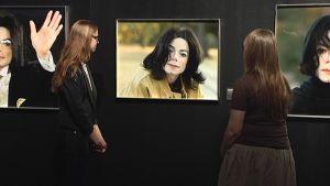 Fanit tukivat Michael Jackson -näyttelyn valokuvia