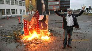 Taiteilija Jan Neva poltti vanhat maalauksensa performanssissa Helsingin Suvilahdessa.