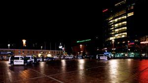 Ampuminen The Tiger yökerhossa Helsingissä. Paikalla oli runsaasti poliisiautoja.