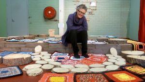 Maria Littow istuu töidensä ympäröimänä