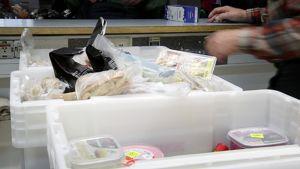 Manna-Apu jakaa ruokaa vähävaraisille  Espoossa.