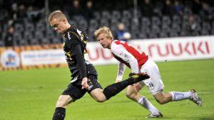 FC Hongan Antti Mäkijärvi ja MYPA:n Antti Koskinen.