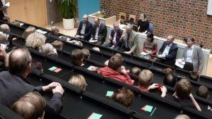 Vaalipaneelin yleisöä ja keskustelijoita.