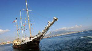 Estelle-laiva saapumassa Napolin satamaan Italiassa.