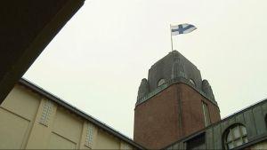 Joensuun kaupungintalon torni sisäpihalta kuvattuna.