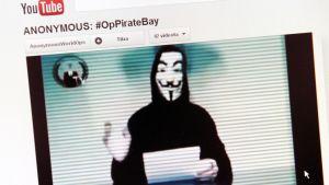 Anonymous-ryhmän puhemies Youtube-kanavan videossa.