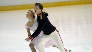 Venäläispari Jekaterina Bobrova - Dimitri Solovijev johtaa jäätanssia.
