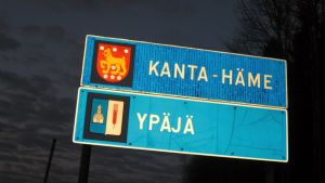 Maantiekyltti, jossa Kanta-Häme ja Ypäjä.