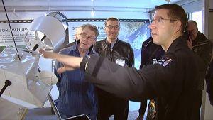 Tuottaja Jari Mäkinen esittelee avaruusrekan laitteistoa.