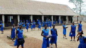 Tyttöjä koulun pihalla Sierra Leonessa.