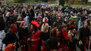Kuvassa naamioituneita AMK-opiskelijoita viettämässä Tursajaisia Kokkolan Länsipuistossa