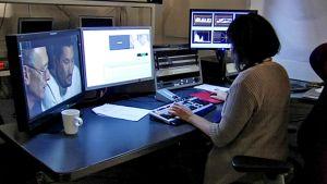 Elokuvien ja tv-ohjelmien kääntäminen on myös hyvin tietoteknistä puuhaa. Kääntäjä istuu työpisteessään neljän eri monitorin edessä.
