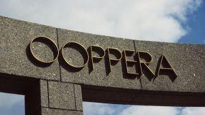 """Suomen Kansallisooppera ja oopperatalon portti, jossa sana """"Ooppera"""" kohokirjaimin."""