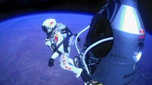 Felix Baumgartner hyppäämässä kapselistaan 39 kilometrin korkeudesta.