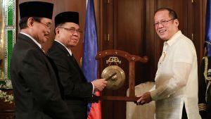 Moron Islamilaisen vapautusrintaman MILF:n edustajat Mohagher Iqbal ja Murad Ebrahim ojensivat Filippiinien presidentille Benigno Aquinolle gongin rauhansopimuksen solmimisen kunniaksi.