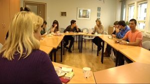 Espanjalaisia sairaanhoitajia Vaasassa, kokoustilan pöydän ympärillä.