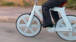 Pahvista tehty polkupyörä.