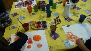 Vesivärimaalauksia pöydällä