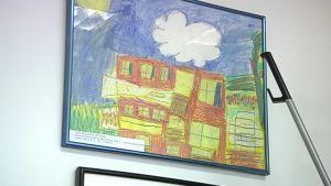 Lapsen piirtämä piirustus seinällä.
