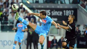 Napolin Hugo Campagnaro yrittää ottaa pallon haltuun Juventuksen Sebastian Giovincon nenän edessä.