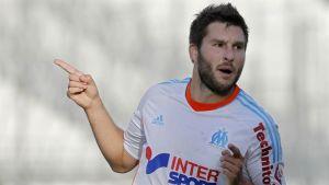 Marseillen hyökkääjä André-Pierre Gignac tuulettaa maaliaan.