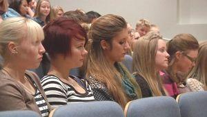 Perhon lukion oppilaat istuvat audiotorion katsomossa ja kuuntelevat Yrittääjyys Road Show -kiertueen puhujia.