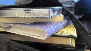 Kirjoja ja levy kassissa