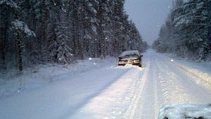 Auto hyvin lumisella tiellä. Aamuisin kaikkia teitä ei ehditä auramaan. Kuva Kokkolan Ruotsalosta.
