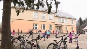 Salokylän koulun pihalla lapsia välitunnilla.