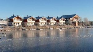 Lohen Lomakylä sijaitesee keskellä Kemijärveä Pöyliöjärven rannalla