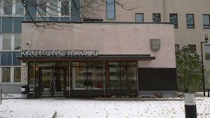 Riihimäen kaupungintalo lumimaisemassa