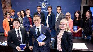 Nuoria aikuisia keskellään ulkomaankauppaministeri Alexander Stubb.