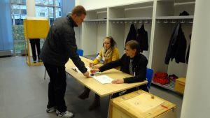 Äänestäjä leimauttaa äänestyslipun.