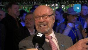 Juha Väätäinen hymyili maireasti puolueen vaalivalvojaisissa, vaikkei voitto ollutkaan niin makea, kuin mitä Väätäinen itsekin hurjimmissa puheissaan uumoili.