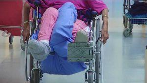 Vanhus liikkuu pyörätuolilla