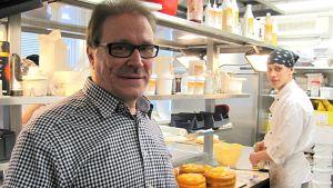 Heikki Kokko (vas.) leipomossa