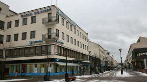 Radio Kajauksen toimitus sijaitsee Raatihuoneentorin nurkassa.